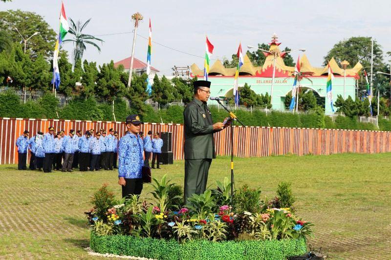 Sekretaris Daerah Provinsi Lampung Sutono  ketika membacakan sambutan tertulis Presiden Joko Widodo dalam memperingati Hari Bela Negara Ke-68 di Lapangan Korpri Lingkup Kantor Gubernur Lampung, Senin 19 Desember 2016.