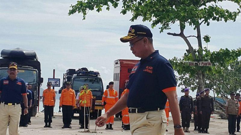 Sekrataris Daerah Provinsi Lampung Sutono pada upacara pembukaan gladi lapangan penanggulangan bencana gempa bumi dan tsunami.