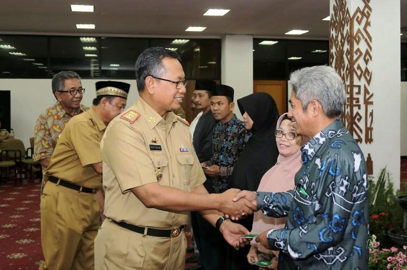 Sekretaris Daerah Provinsi Lampung Sutono bersilahturahmi dengan Guru Ngaji dan Guru Sekolah Minggu Tahun 2016 di Ruang Abung Balai Keratun, Selasa 20 Desember 2016.