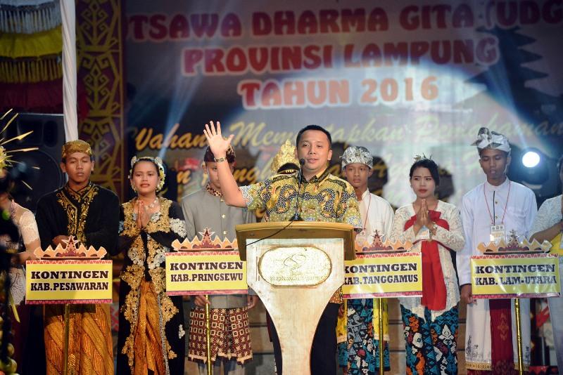 Gubernur Lampung Ridho Ficardo saat membuka Utsawa Dharma Gita Umat Hindu di Hotel Sahid, Bandar Lampung, Kamis malam 15 Desember 2016.