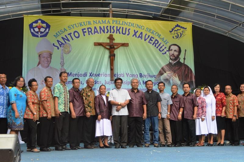Vikjen Keuskupan Tanjungkarang RD JB Sujanto berfoto besama dengan staf Yayasan Xaverius Tanjungkarang serta  SDM Kependidikan usai acara ramah tamah, Sabtu 03 Desember 2016.
