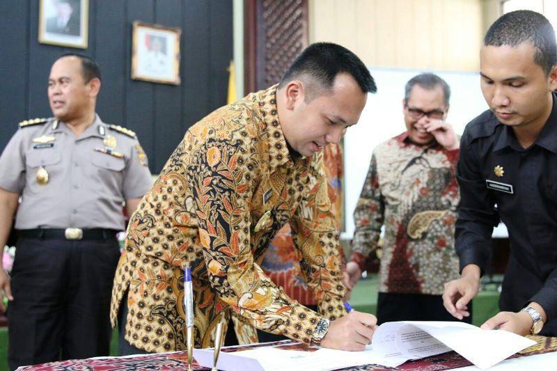 Gubernur Lampung M  Ridho Ficardo saat penandatanganan Lampung Kompeten di Gedung Pusiban, Jum'at 16 Desember 2016.