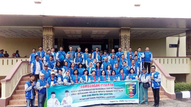 Inilah para peserta wisata rohani sesaat sebelum berangkat, di depan Balai Keratun, komplek Perkantoran Pemerintah Provinsi Lampung, Sabtu 03 Desember 2016.