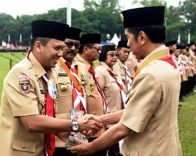 Presiden RI Joko Widodo (kiri) saat menyerahkan penghargaan kepada Gubernur Lampung M.Ridho Ficardo (kanan) pada puncak Peringatan Hari Pramuka ke-55 dan Pembukaan Jambore Nasional Ke-X 2016, di Bumi Perkemahan Cibubur, Jakarta.