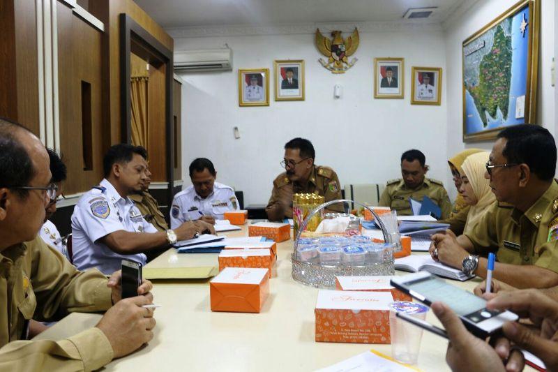 Asisten Bidang Pemerintahan dan Kesra Heri Suliyanto pada acara rapat persiapan dan percepatan Bandara Raden Inten II Lampung Selatan sebagai Bandara Embarkasi Haji tahun 2017.
