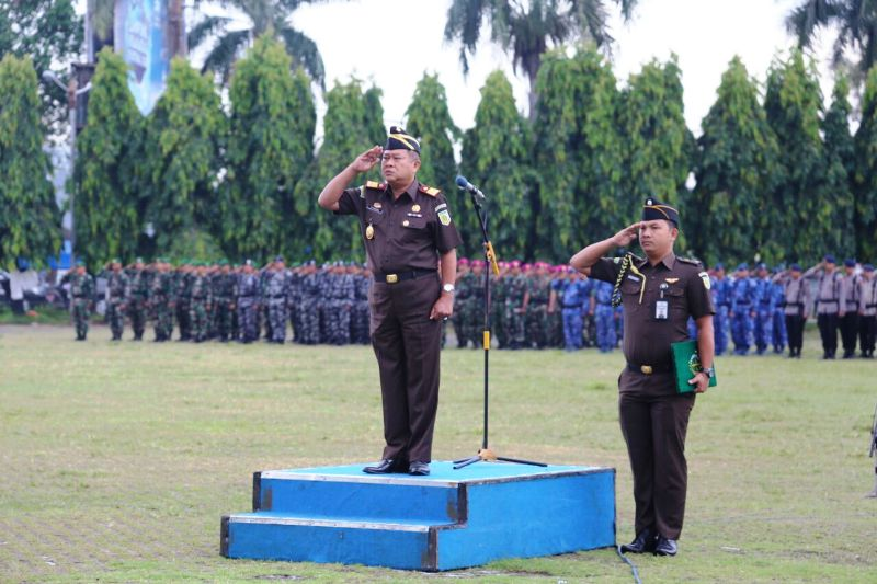Kepala Kejaksaan Tinggi Lampung Syafrudin, selaku Inspektur Upacara dalam Upacara Gabungan di Lapangan Korpri, Selasa 17 Januari 2017.