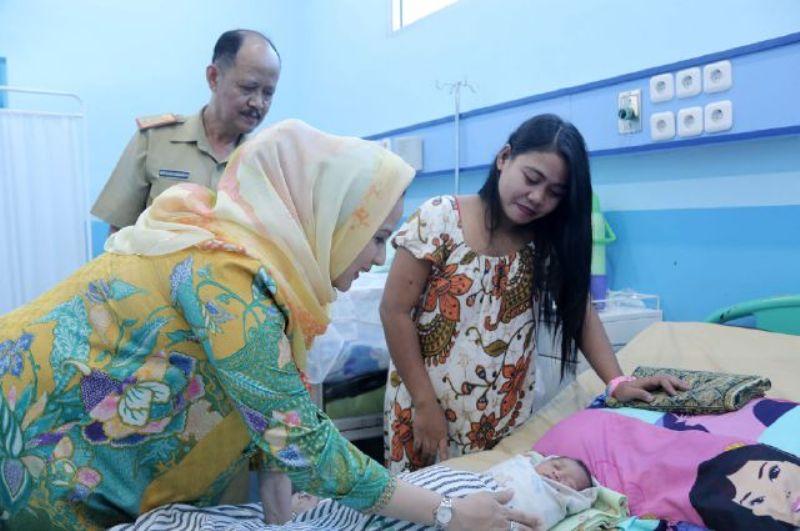 Istri  Gubernur Lampung Yustin Ridho Ficardo saat mengunjungi Rumah Sakit Abdoel Moeloek, Senin 16 Januari 2017.