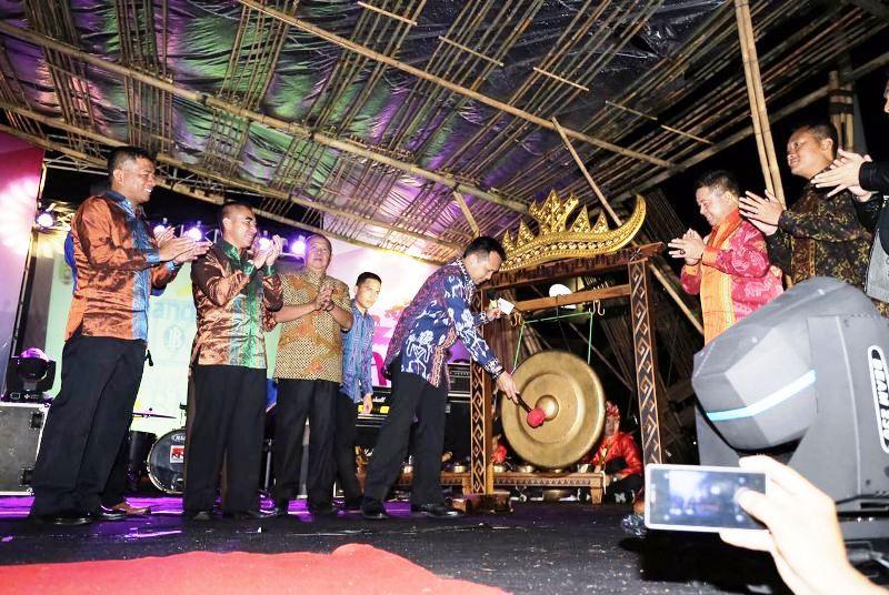 Gubernur Lampung M Ridho Ficardo saat membuka Lampung Tapis Evolution Tahun 2017 di Lapangan Korpri Komplek Kantor Gubernur Lampung Sabtu 25 Februari malam.