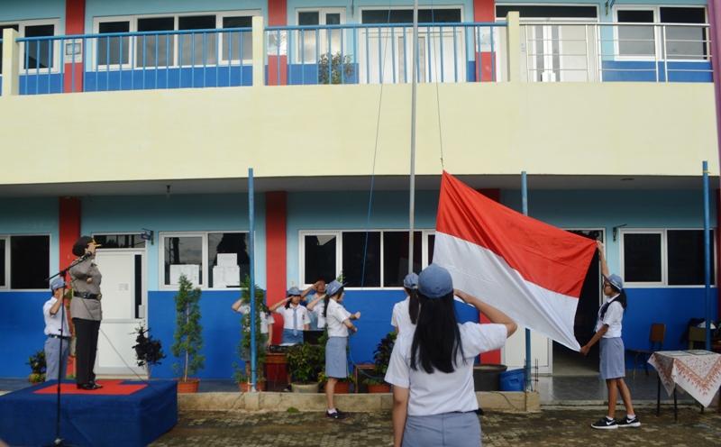 Kabid Humas Polda Lampung Kombes (Pol) Sulistyaningsih saat menjadi inspektur upacara bendera di SMK Kristen BPK Penabur Bandar Lampung, Senin 13 Februari 2017.