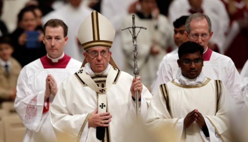 Paus Fransiskus meninggalkan altar usai memimpin misa Natal di Basilika Santo Petrus, Vatikan, 24 Desember 2016. AP Photo