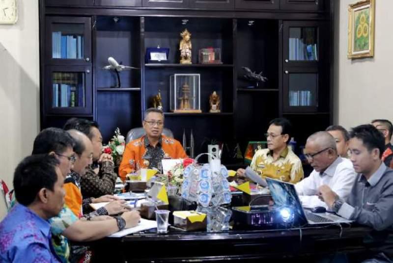 Sekdaprov Sutono saat memimpin Rapat Rencana Kegiatan Normalisasi Sungai Way Mesuji dan Way Tulang Bawang di ruangannya Kamis 02 Januari 2017.