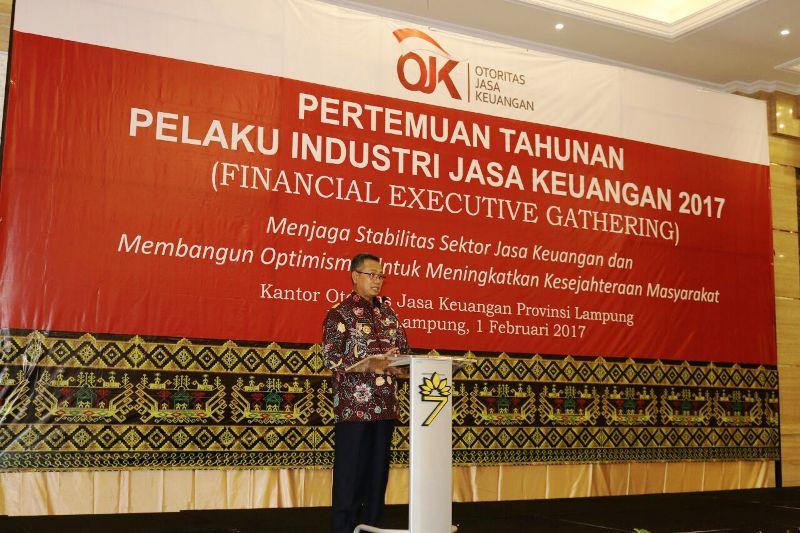 Sekretaris Daerah Provinsi Lampung Sutono pada acara pertemuan tahunan pelaku industri jasa keuangan di The 7th Hotel Bandarlampung, Rabu 01 Februari 2017.