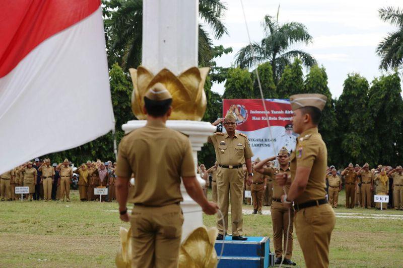 Sekretaris Daerah Provinsi Lampung Sutono sebagai pembina dalam upacara mingguan di Lapangan Korpri Kantor Gubernur Lampung, Senin 6 Februari 2017.