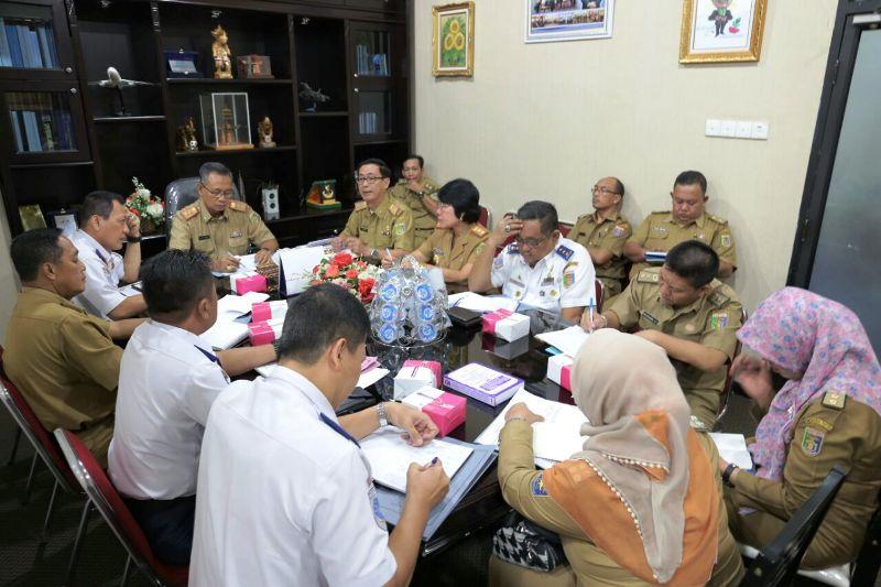 Sekretaris Daerah Povinsi Lampung Sutono saat memimpin rapat di ruangannya Selasa 24 Januari 2017.