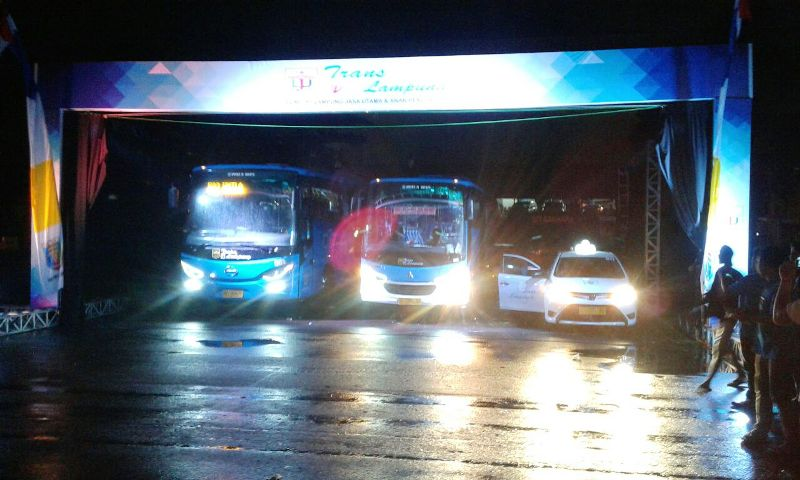 Ini penampakan Bus Trans Lampung yang menghubungkan Bandara Raden Inten II – Pelabuhan Bakauheni – serta Destinasi Wisata di Provinsi Lampung serta Pelayanan Taxi Resmi Bandara Raden Inten II.