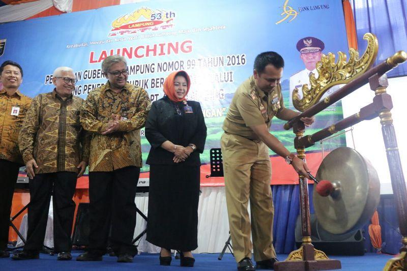 Pemukulan gong, tanda Gubernur M Ridho Ficardo secara resmi mencanangkan distribusi pupuk berpola billing system di Provinsi Lampung.
