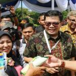 Gubernur Lampung M Ridho Ficardo serahkan langsung Beras Keluarga Sejahtera (Rastra) di Lampung Timur