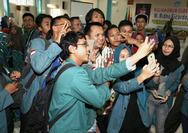Gubernur Lampung M Ridho Ficardo bersama mahasiswa-mahasiswi Unila, Jumat 10 Maret 2017 di Aula Fakultas Pertanian Universitas Lampung.