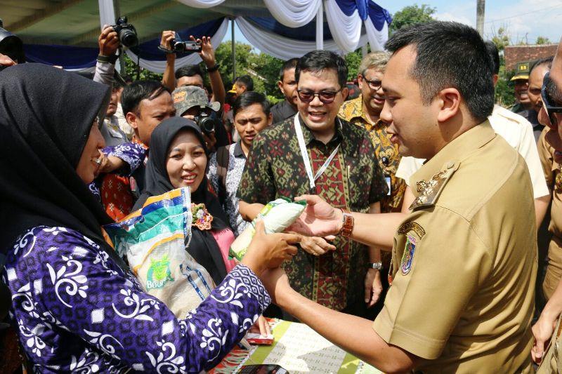 Gubernur Lampung M Ridho Ficardo saat menyerahkan langsung Beras Keluarga Sejahtera (Rastra) kepada ratusan masyarakat pra sejahtera di Balai Benih Induk Kecamatan Pekalongan Kabupaten Lampung Timur, Selasa 14 Maret 2017.