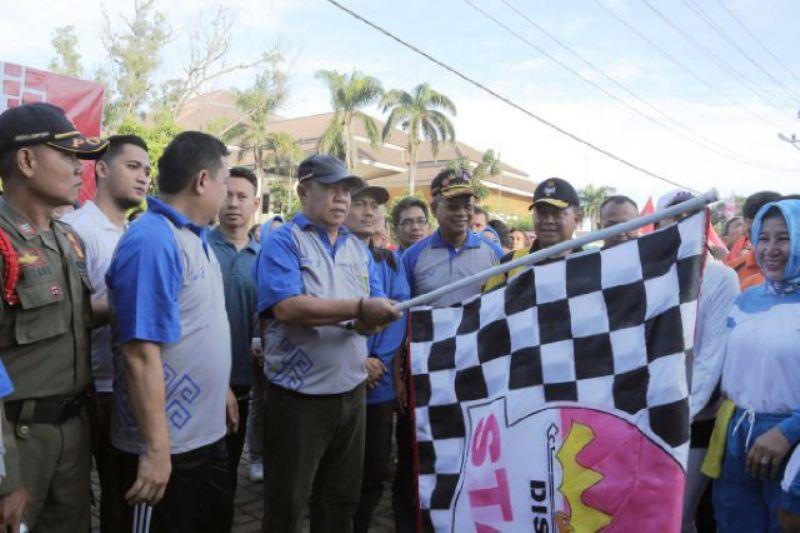 Wakil Gubernur Lampung Bachtiar Basri saat melepas peserta jalan sehat dalam rangka memperingati HUT Provinsi Lampung ke-53 Tahun 2017, Jumat 10 Maret 2017 di PKOR Way Halim Bandar Lampung.