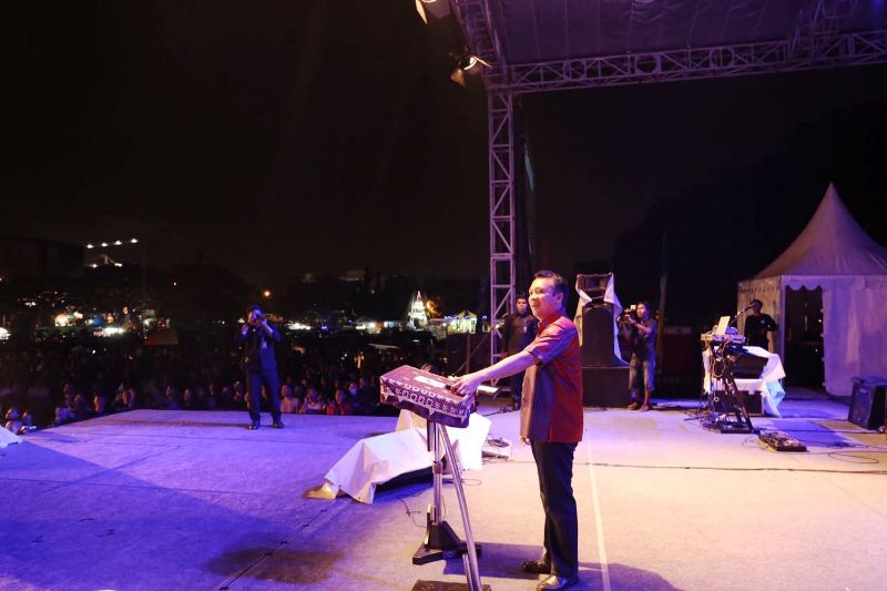 Gubenur Lampung M Ridho Ficardo menghadiri acara malam syukuran, hiburan dan pesta rakyat malam puncak HUT ke-53 Provinsi Lampung tahun 2017, di Lapangan Saburai Enggal Bandar Lampung, Selasa malam 21 Maret 2017.