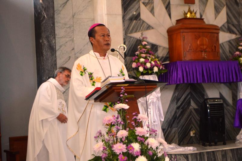 Uskup Keuskupan Tanjungkarang Mgr Yohanes Harun Yuwono di Gereja Katedral Kristus Raja, Tanjungkarang, Kamis 16 Maret 2017.