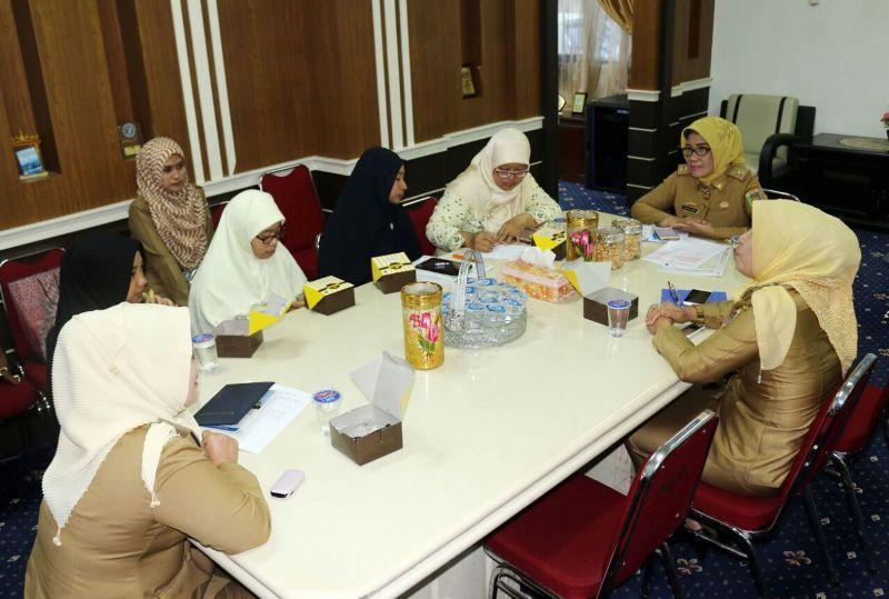 Kepala Biro Kesejahteraan Sosial Ratna Dewi saat menerima kunjungan pengurus Nasyiah Lampung di Ruang Kerja Asisten Bidang Pemerintahan dan Kesra kantor Gubernur Provinsi Lampung, Senin 26 Maret 201.