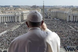 Paus Fransiskus menyampaikan pesan Paskah di hadapan umat Katolik di St. Peters Square, Vatikan, Senin 28 Maret 2016.