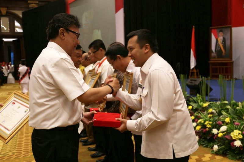 Manteri Dalam Negeri Republik Indonesia Tjahjo Kumolo saat menyerahkan penghargaan pada Gubernur Lampung M Ridho Focardo di Ballroom Birawa Hotel Bidakara Jakarta, Rabu 15 Maret 2017.