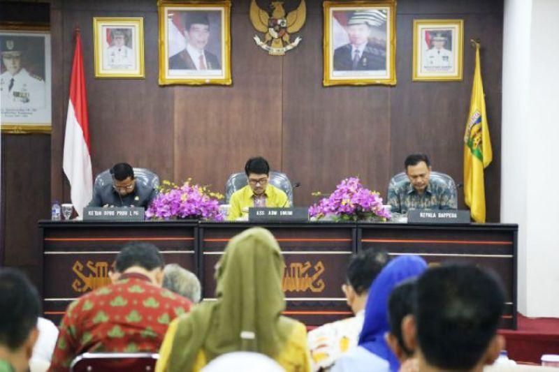 Asisten Bidang Administrasi Umum Hamartoni Ahadis (tengah) di Ruang Abung, Balai Keratun Kamis 09 Maret 2017.