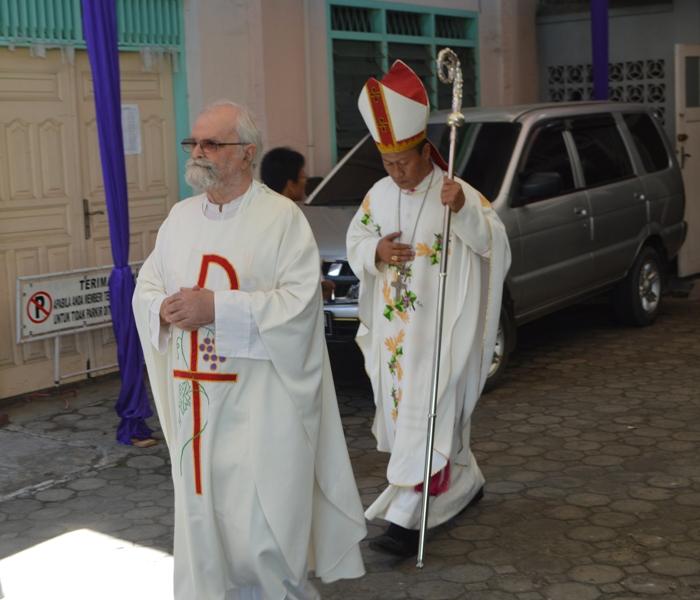 Romo Jo Gourdon, MEP bersama Uskup Keuskupan Tanjungkarang Mgr. Harun Yuwono saat perarakan misa di Gereja Katedral Kristus Raja Tanjungkarang, Kamis 16 Maret 2017.