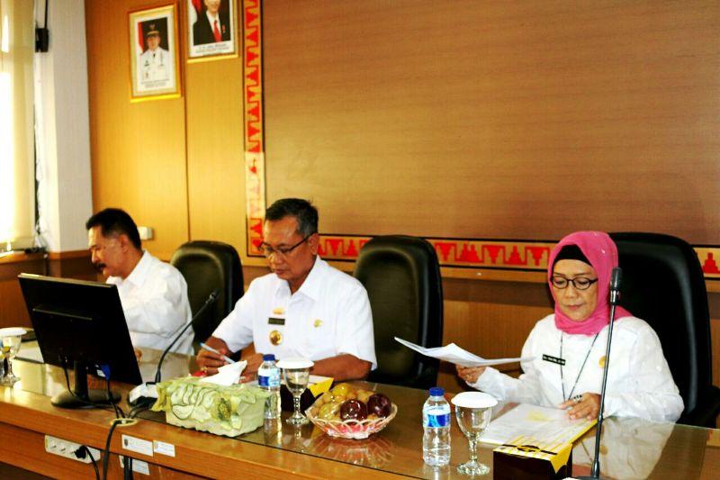 Sekretaris Daerah Provinsi Lampung Sutono saat memimpin rapat pembahasan konsep rangkaian acara HARGANAS ke- XXIV 2017, di Ruang Rapat Bappeda, Rabu 08 Maret 2017.
