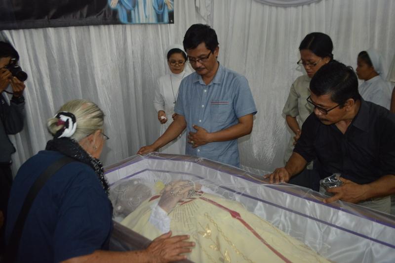 Vikjen Keuskupan Tanjungkarang RD Yohanes Baptista Sujanto, disamping jenazah RD Vincent Le Baron, MEP. di Aula Gereja Katedral Kristus Raja Tanjungkarang, Senin siang 13 Maret 2017.