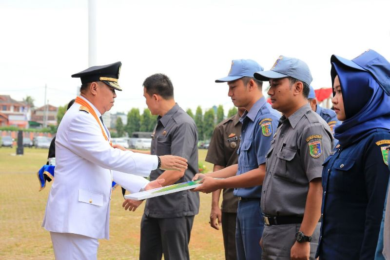 Wakil Gubernur Bachtiar Basri memberikan secara simbolis kartu Jaminan Kecelakaan Kerja (JKK) dan Jaminan Kematian (JKM) bagi tenaga kontrak di lingkungan Pemerintah Provinsi Lampung, Jumat 17 Maret 2017.