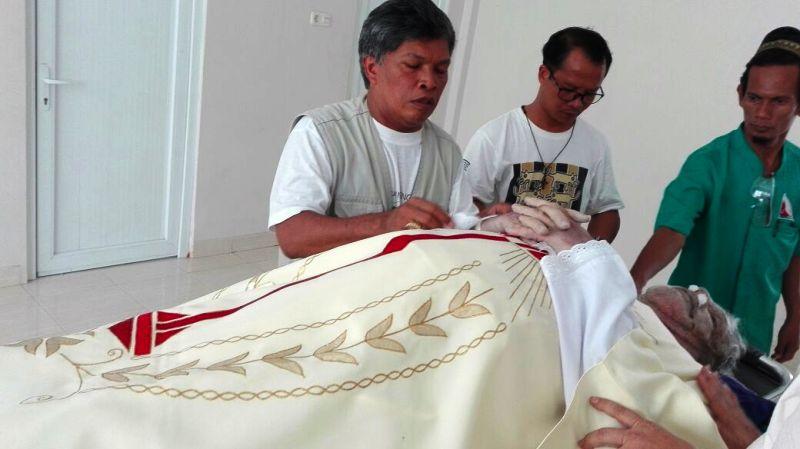 RD A. Mujiantoro disamping jenazah RD Vincent Le Baron, MEP, di Rumah Sakit Mitra Husada, Pringsewu, Senin 13 Maret 2017.