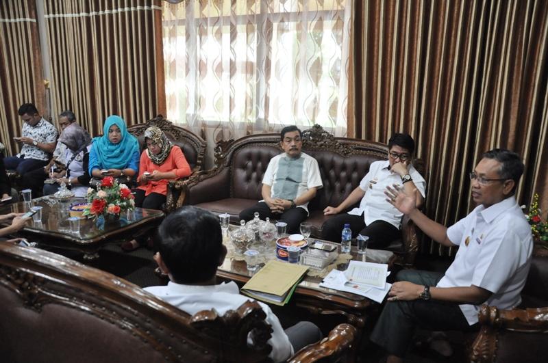 Sekretaris Daerah Provinsi Lampung Ir. Sutono, MM saat menggelar konferensi pers, di ruang kerjanya, Rabu 15 Maret 2017.