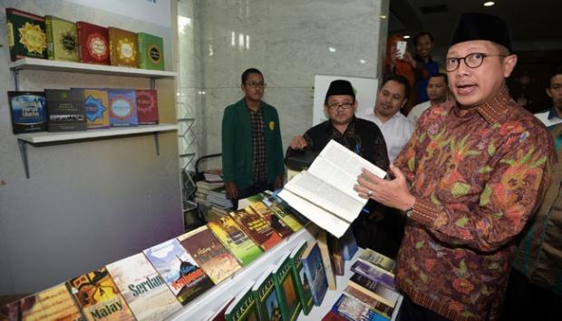 Menteri Agama Lukman Hakim Saifuddin (kanan) menunjukkan buku Ensiklopedia Pemuka Agama Nusantara yang diluncurkan di Kantor Kementerian Agama, Jakarta, 19 Desember 2016. Kementerian Agama resmi meluncurkan terjemahan Alquran dalam berbagai bahasa daerah. ANTARA/Sigid Kurniawan