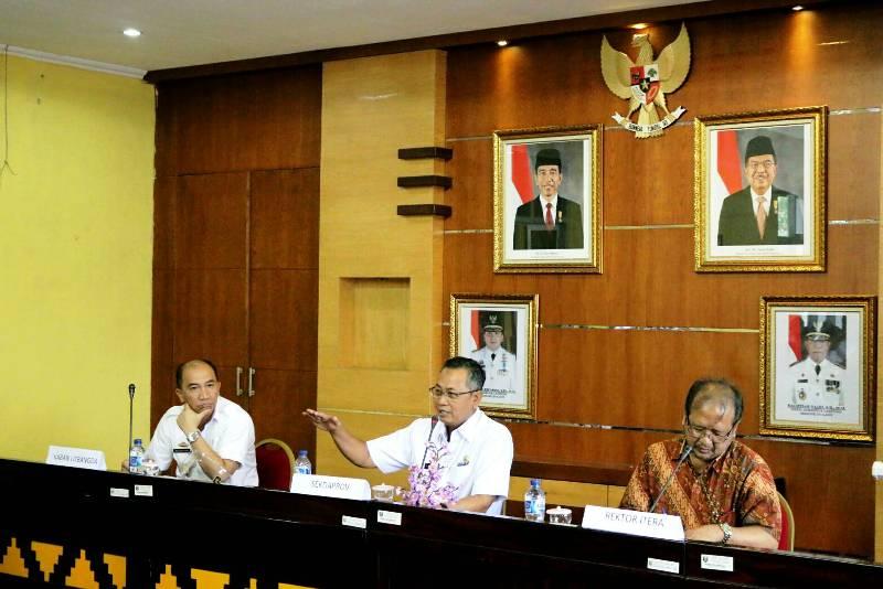 Sekprov Lampung Sutono pada  Focus Group Discusion (FGD) Sistem Transportasi, Energi dan Infrastruktur dalam rangka mendukung pengembangan Kawasan Pesisir di Ruang Rapat Balitbang Provinsi Lampung, Rabu 29 Maret 2017.