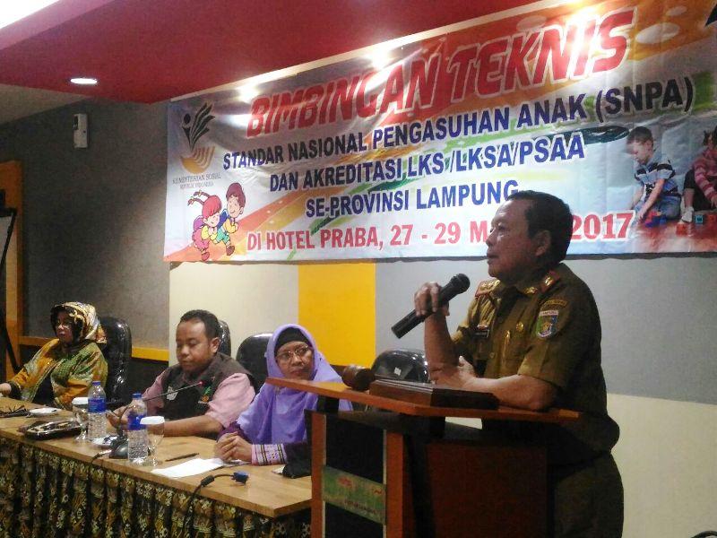 Kepala Dinas Sosial Provinsi Lampung pada acara Bimbingan Teknis SNPA dan Akreditasi LKSA/PSAA Provinsi Lampung di Grand Praba Bandar Lampung, Senin 27 Maret 2017.