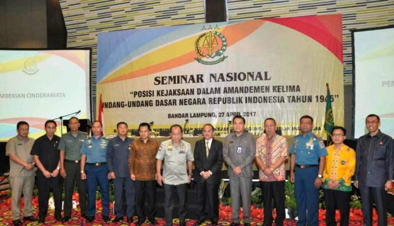 """Seminar Nasional dengan Tema """"Posisi Kejaksaan Dalam Amandemen Kelima UUD 1945"""" di Ballroom Novotel Bandar Lampung, Kamis 27 April 2017."""