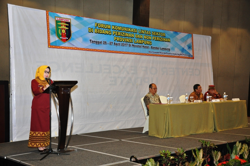 Staf Ahli Bidang Ekubang Choiria Pandarita saat mewakili Gubernur Lampung M.Ridho Ficardo saat membuka acara Forum Komunikasi Lintas Sektor Perizinan dan Non perizinan, di Novotel Bandar Lampung 27 April 2017.