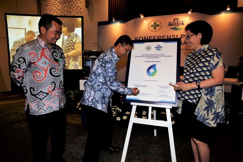 Seremonial Penandatanganan Nota Kesepahaman oleh Danone AQUA dan PERSI untuk program Air Bagi Kesehatan.
