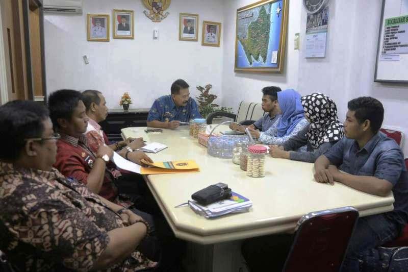 Asisten Bidang Pemerintahan dan Kesra, Heri Suliyanto saat menerima audiensi para mahasiswa-mahasiswi Universitas Lampung, Jumat 28 April 2017 di ruang kerjanya.