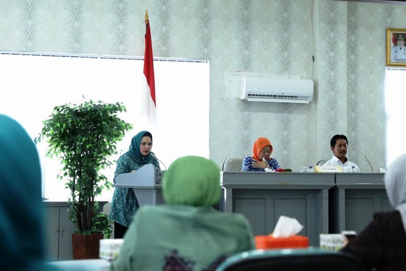 Ketua TP PKK Provinsi Lampung Aprilani Yustin Ficardo saat menyambut Tim Verifikasi Lapangan Kesatuan Gerak PKK-KB-Kesehatan Tingkat Nasional di Kantor PKK Provinsi Lampung, Senin 10 April 2017.