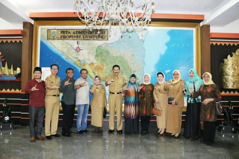 Anggota Komisi V DPRD Provinsi Nusa Tenggara Barat bersama Asisten Bidang Pemerintahan dan Kesra Provinsi Lampung Hery Suliyanto.