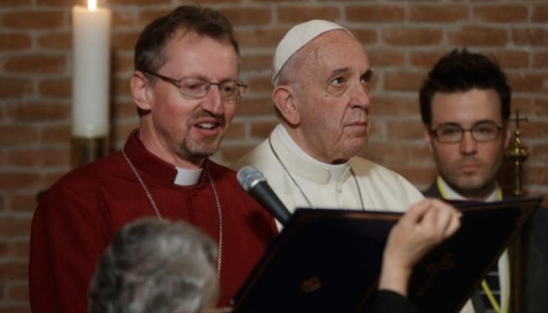 Paus Francisiskus, Pendeta Robert Innes dan Uskup Anglikan di Eropa, berdoa di depan ikon Kristus Sang saat kunjungan bersejarah ke Gereja Anglikan All Saints di Roma, 26 Februari, 2017. AP/Gregorio Borgia