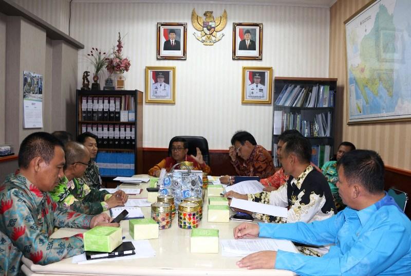 Asisten Bidang Perekonomian dan Pembangunan Provinsi Lampung Adeham saat memimpin rapat persiapan kegiatan Corporate Government Gathering di ruangannya Kamis, 13 April 2017.