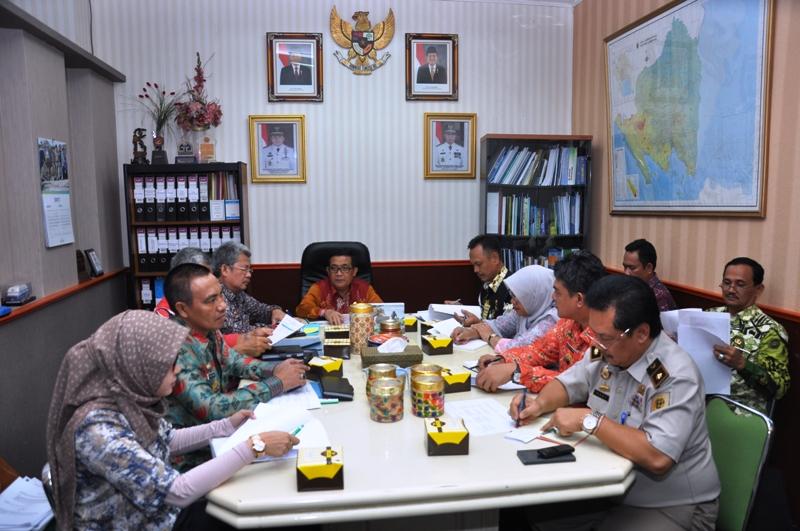 Asisten Bidang Ekonomi dan Pembangunan Adeham memimpin rapat di ruangannya