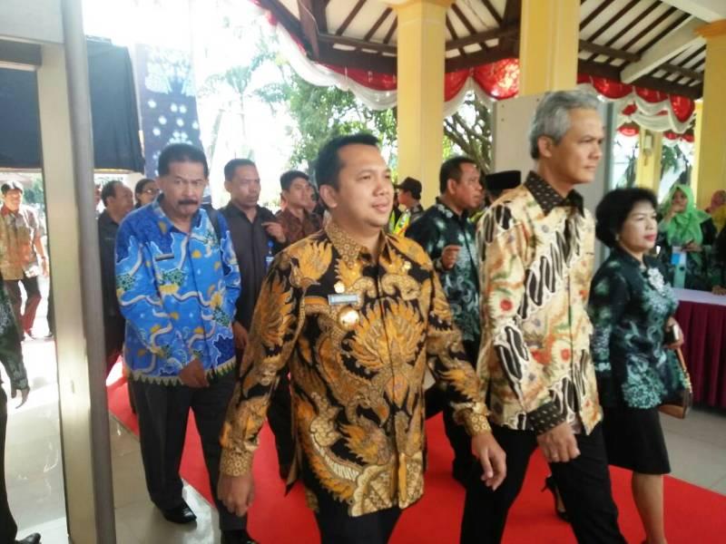 Gubernur Lampung M. Ridho Ficardo bersama Gubernur Jawa Tengah Ganjar Pranowo di Alun-alun Sidoarjo, Jawa Timur, Selasa 25 April 2017.