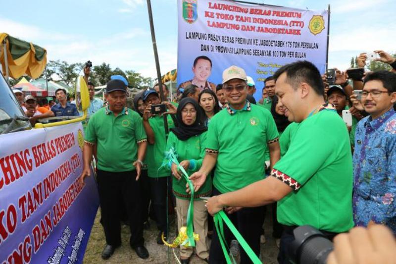 Gubernur Lampung M. Ridho Ficardo saat melaunching Beras Premium ke TTI Lampung dan Jabodetabek sebagai upaya menyelesaikan permasalahan harga beras di tingkat konsumen dalam Acara Rembug Tani yang dilaksanakan di Lapangan Sidomulyo Lampung Selatan, Minggu 09 April 2017.